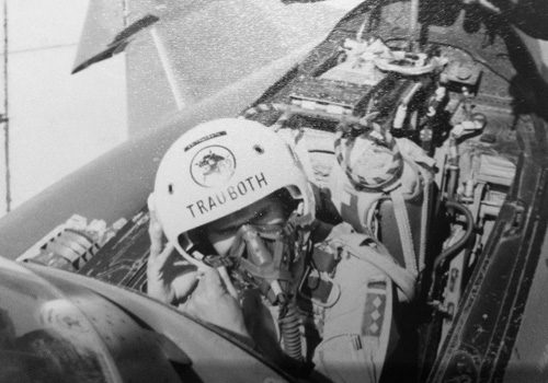 Hptm  Trauboth im Cockpit einer Phantom RF-4E.