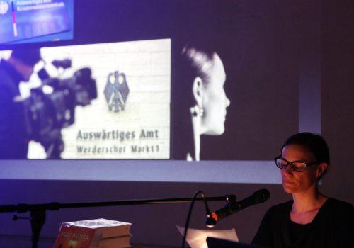 jt-Julia Roebke liest die Bundeskanzlerin